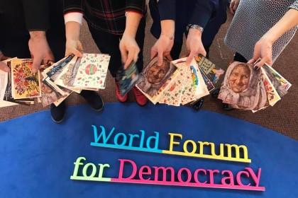 На Всесвітньому форумі за демократію підписували листівки українським бранцям в РФ