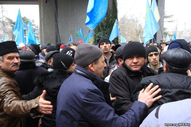 Ахтем Чийгоз стримує натиск людей на мітингу 26 лютого 2014 року, Сімферополь. Фото: Крим.Реалії