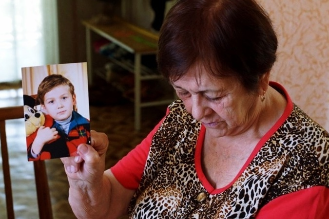 Аліє Чийгоз, мати Ахтема Чийгоза, із дитячою фотографією сина. Фото: qha.com.ua/