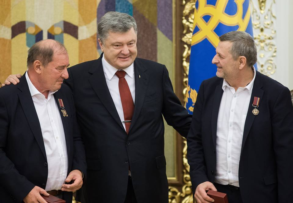 Ilmi Umerov, Petro Poroshenko, Akhtem Chiygoz (l-r) after the arrival of the two political prisoners to Kyiv. Photo: president.gov.ua