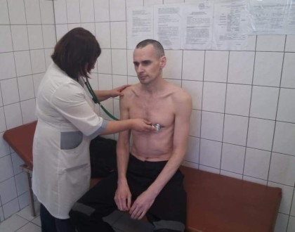 Imprisoned Ukrainian filmmaker Oleg Sentsov stops hunger strike on day 145